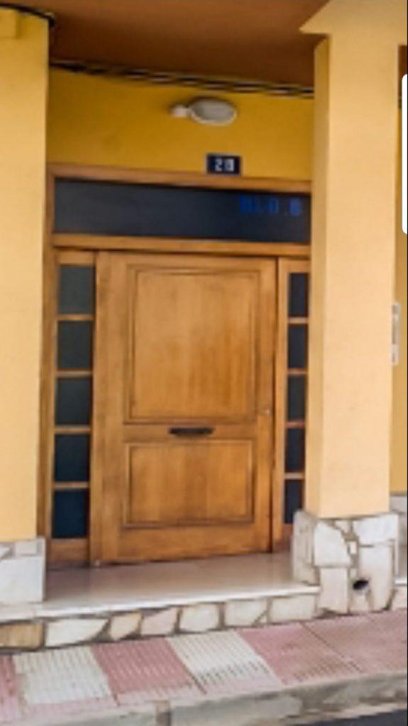 Rehabilitación de puertas de madera para comunidad